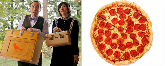 """Fred Armisen and Carrie Brownstein of """"Portlandia"""" and a pizza"""