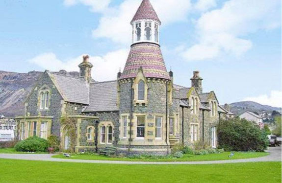 how-about-this-11-bedroom-house-in-wales-its-got-views-of-the-sea-and-snowdonia-and-is-selling-for-around-549000-868000