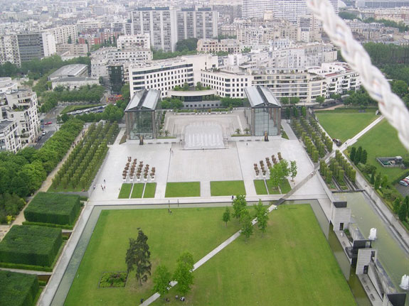 in-its-center-the-space-features-a-895-foot-long-and-278-foot-wide-lawn-as-well-as-a-paved-area-with-glasshouses-and-fountains
