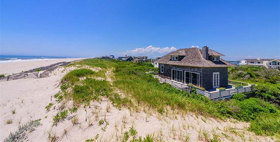 The cottage at 77 Dune Road (Credit: Sotheby's International Realty)